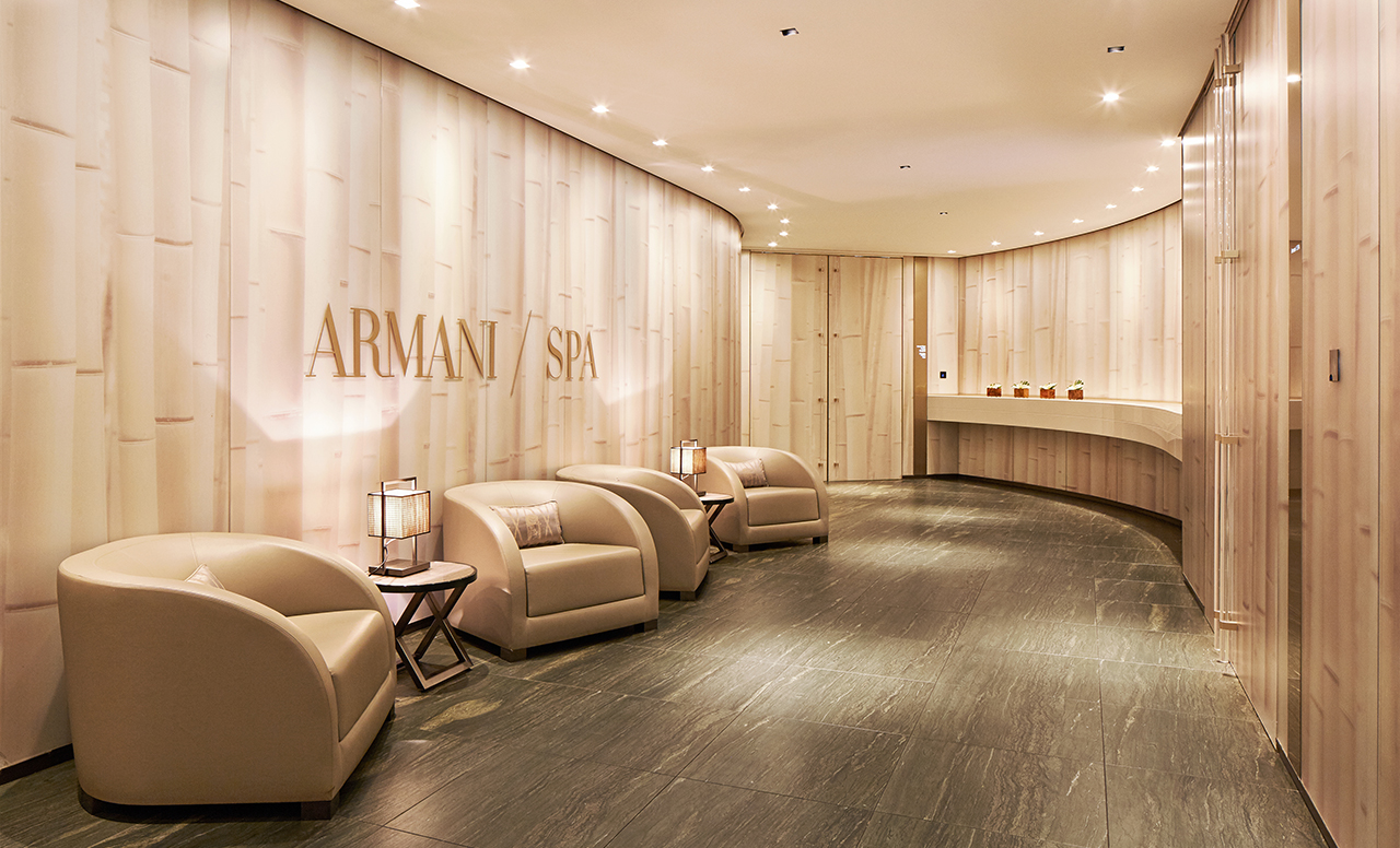 ARMANI HOTEL MILANO | Come get amazed by the best luxury hotel lighting inspiration. See more pieces at hotellobbies.net